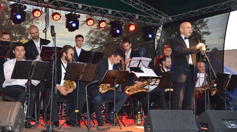 Na zdjęciu członkowie zespołu Big Band Universal Wojnicz  podczas koncertu